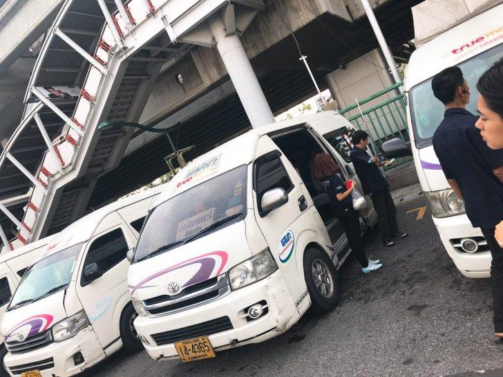 モーチット駅からインパクトアリーナへのシャトルバス