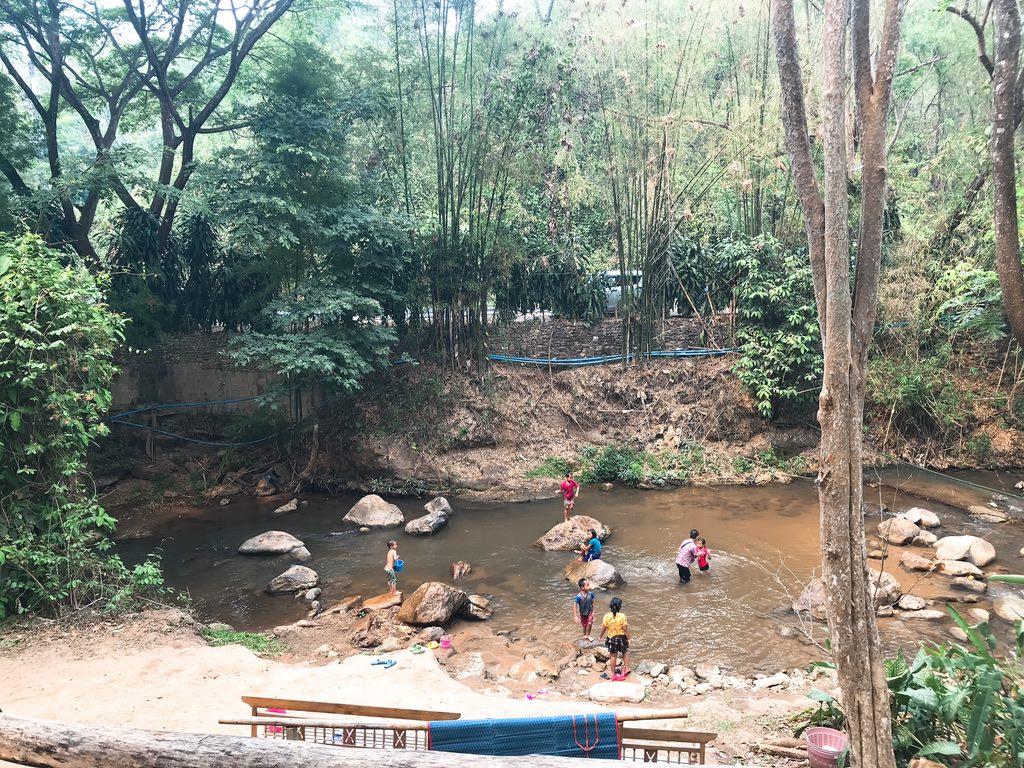 近くの小川で子どもたちは水浴び^^
