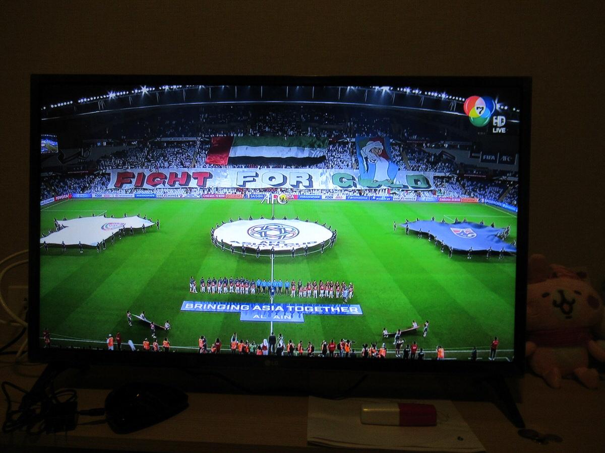 テレビでサッカーバンコク代表を応援する