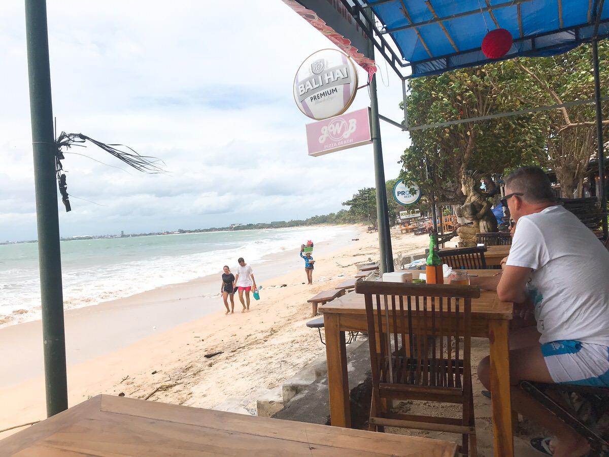 ビーチ目の前のカフェ:ルメリディアン・バリ・ジンバラン