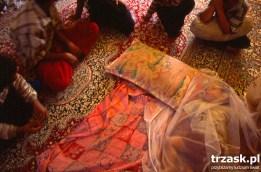 Starsze dzieci opiekują się młodszymi w tymczasowej wiosce, zbudowanej na obrzeżach Bam. Zaraz po trzęsieniu ziemi, które doszczętnie zniszczyło miasto