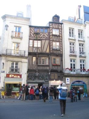 régi ház és a turisták