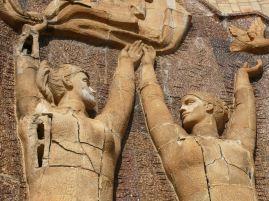 Omladozó szobrok