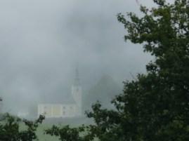 Ködös falu a hegyekben