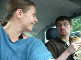 Reggeli a kocsiban: csokis süti és valami zsíros ütős