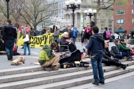 Occupy wall street (figyeljétek a kötögető tüntető nénit! / Voyez la démonstrateur tricotant ?)