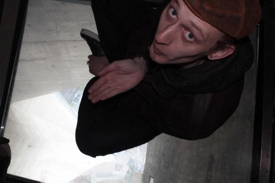 CN Tower üveg padlón / sur le plancher de verre