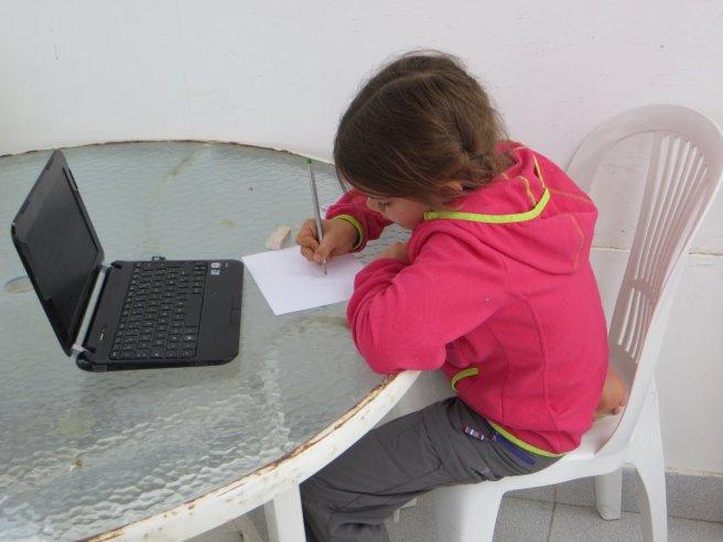 Adélie travaille sur la terrasse