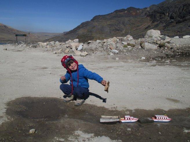 Jeux au camp de base : les bateaux du lac Titicaca naviguent sur la glace !