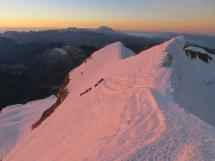 La pente finale vue du sommet, avec une chenille de militaires !