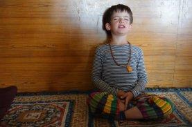 Titouan médite au monastère de Key (en fait il prie pour avoir des Kinder !!!)