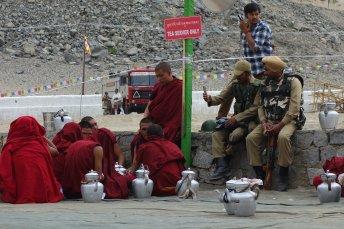 Préparation du thé à grande échelle, devant les militaires