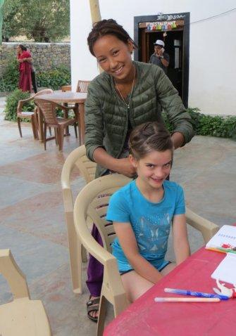 Adélie s'est trouvée une grande copine pour la coiffer