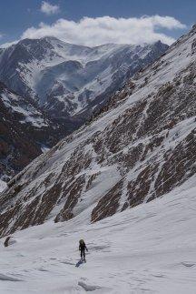 En montant à l'épaule du Sishani, avec au fond le Barf Kermo (4100 m)