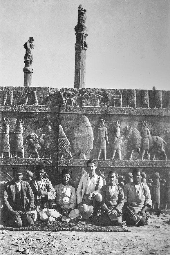 Le jeune papy de Seb (au centre), en 1926, à Persépolis