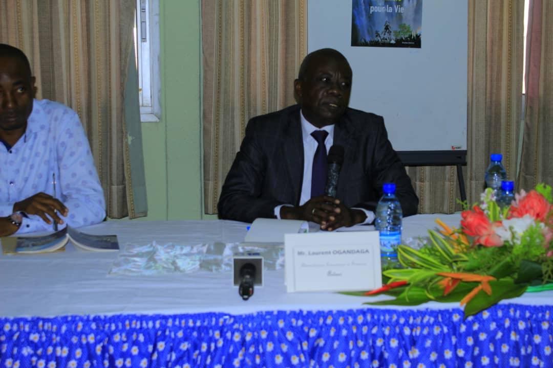Laurent Ogandaga, à droite, présentant son ouvrage