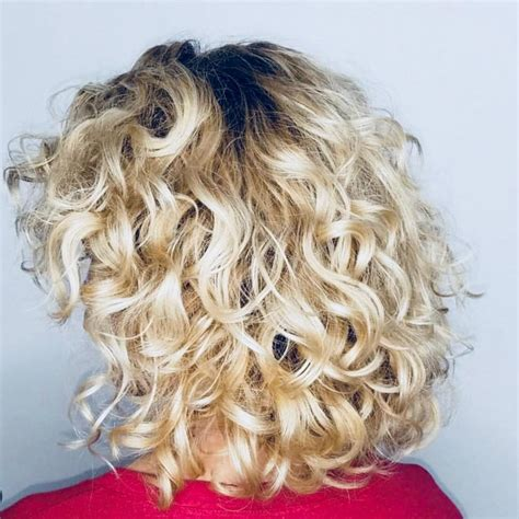 28 gorgeous medium length curly hairstyles women 2018