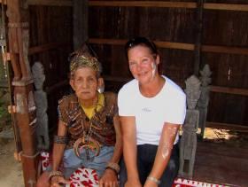 Petra und ein Mann vom Stamm der Dajak