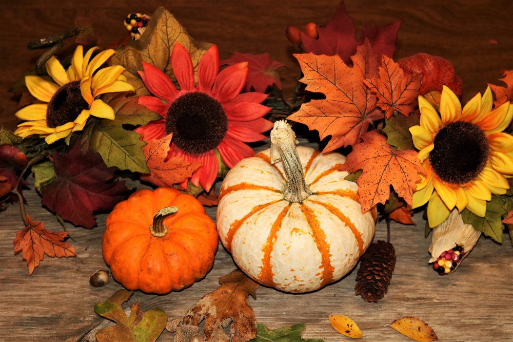 Thanksgiving outdoor decoration ideas with pumpkins