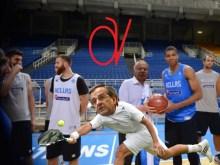 Ο Σαμαράς, επισκέφθηκε στη προπόνηση την Εθνική ομάδα μπάσκετ και έπαιξε ….τένις!!!!!