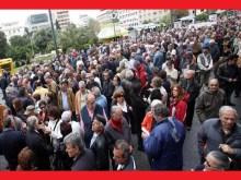 Συγκέντρωση συνταξιούχων στην πλατεία Κλαυθμώνος.