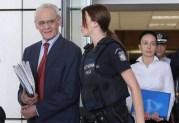 Αποχωρεί από το Δικαστήριο ο πολιτικός κακοποιός Άκης, επειδή δεν κλητεύθηκε ο συνένοχος Σημίτης