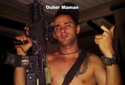 Κατετάγη καταδρομέας στο Ιαραήλ και ποζάρει σαν εκτελεστής / δολοφόνος του IDF (Israel Defense Forces) — Φωτογραφίες που προκάλεσαν σάλο.