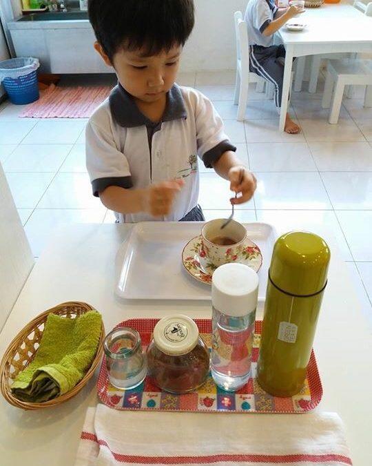 Why use glassware in Practical Life lessons?在日常生活工作教具的设计中,为什么要使用玻璃器皿?