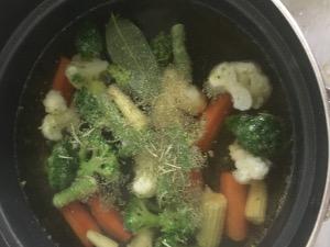 鍋に水と顆粒コンソメを入れ、根菜類を茹で始める