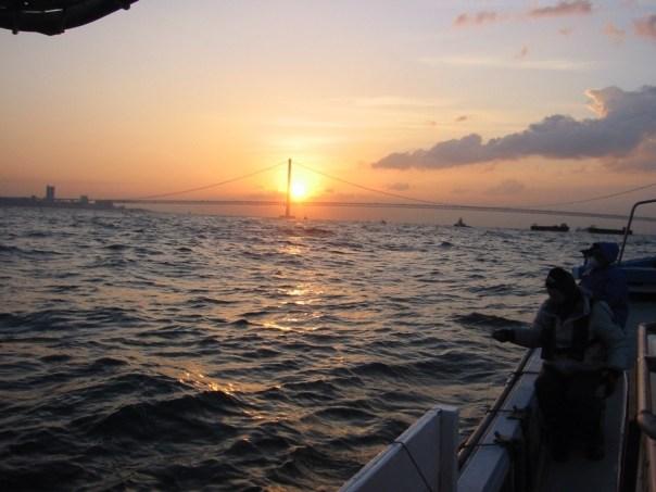 明石沖から大橋越しの朝日画像