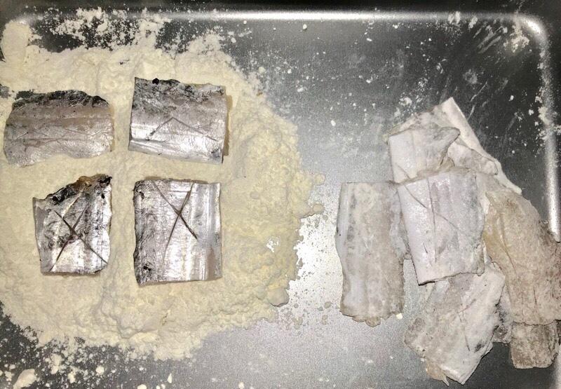 小麦粉をまぶした太刀魚の身