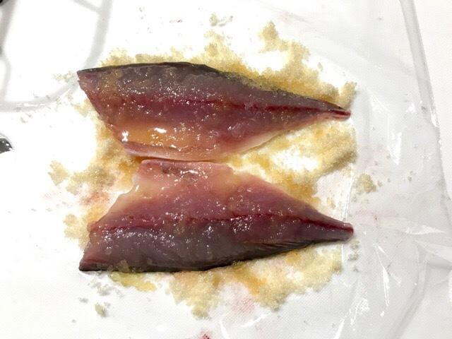 砂糖で締めた鯖の身から出た水分