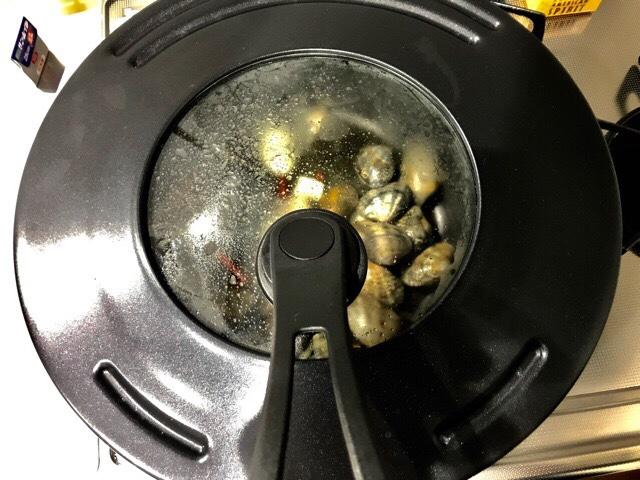 アサリと料理酒を入れて蒸し焼きしているところ
