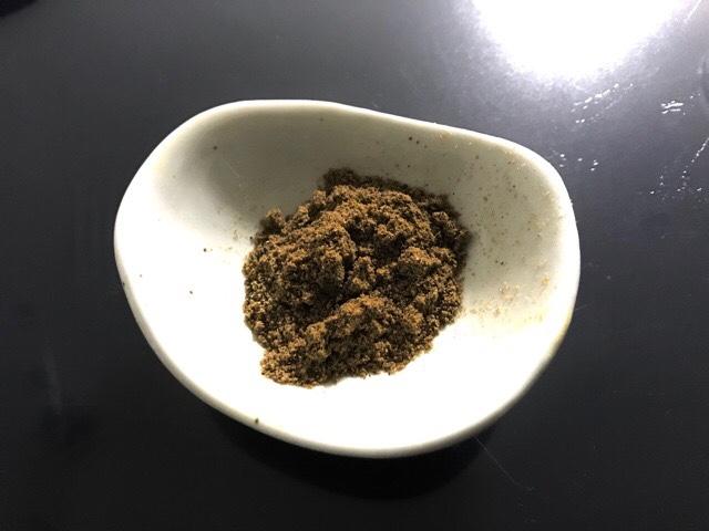 皿に盛ったガラムマサラ