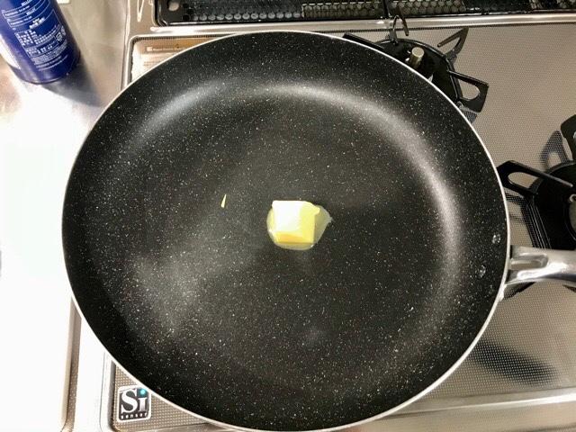 バターを加熱している