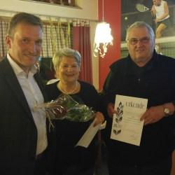 55 Jahre TSV-Mitglieder: Irene Spirkl und Karl-Heinz Schrenker erhielten von Andreas Bratzdrum die BLSV-Ehrung mit Ehrennadel und Urkunde.