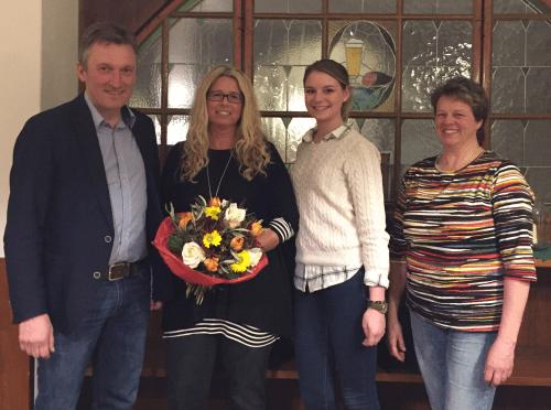 Mit Blumen verabschiedete TSV-Vorsitzender Andreas Bratzdrum die bisherige Abteilungsleiterin Sabine Gruber und freute sich, dass Julia Gartner (3. v. l.) das Amt übernommen hat. Sie führt künftig gemeinsam mit Gabi Wessel (r.) die Abteilung Turnen/Leichtathletik.