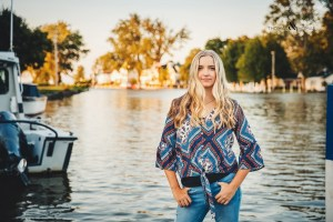 senior picture in lagoons