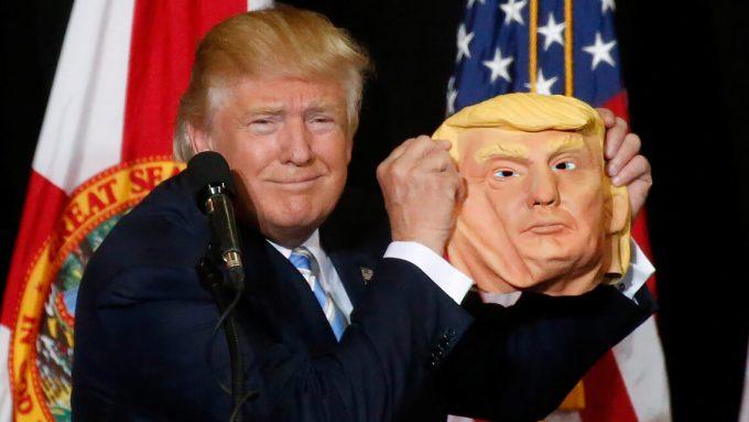 11月7日、投票開始を目前に控え米フロリダ州で行われた集会で、自身のお面を掲げる共和党大統領候補のドナルド・トランプ氏(2016年 ロイター/Carlo Allegri)