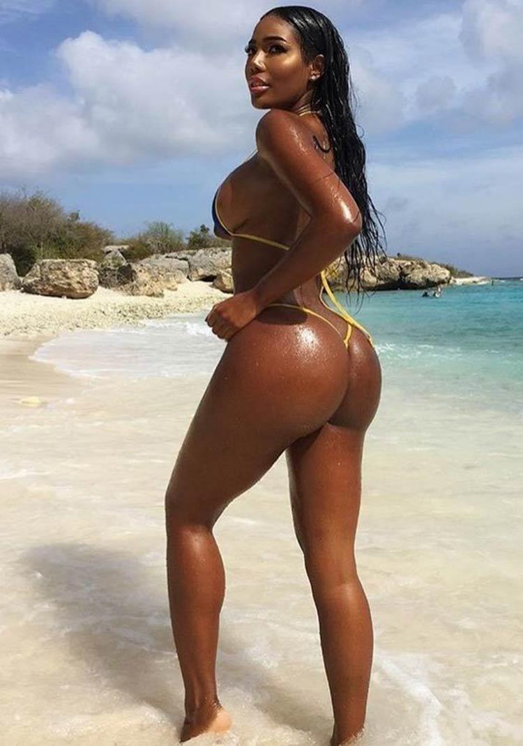 negra-na-praia
