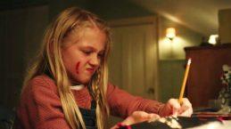 El capítulo Arkangel de Black mirror, retrata a una madre que le pone un chip a su hija para controlarla desde su iPad, y cuando detecta que algo le genera ansiedad, se lo pixela. Así la niña nunca siente miedo, pero tampoco aprende a gestionarlo.Fotos cortesía de la Sala de prensa de Netflix.