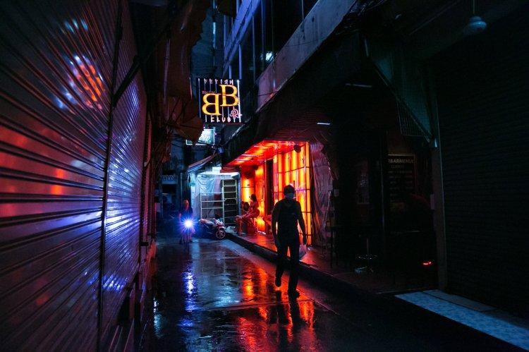 El barrio rojo de Patpong, relativamente vacío, en Bangkok. En marzo y abril, Tailandia cerró sus fronteras y canceló vuelos comerciales debido a la pandemia mundial. La industria del turismo del país, que está entrelazada con la industria de las trabajadoras sexuales, colapsó.