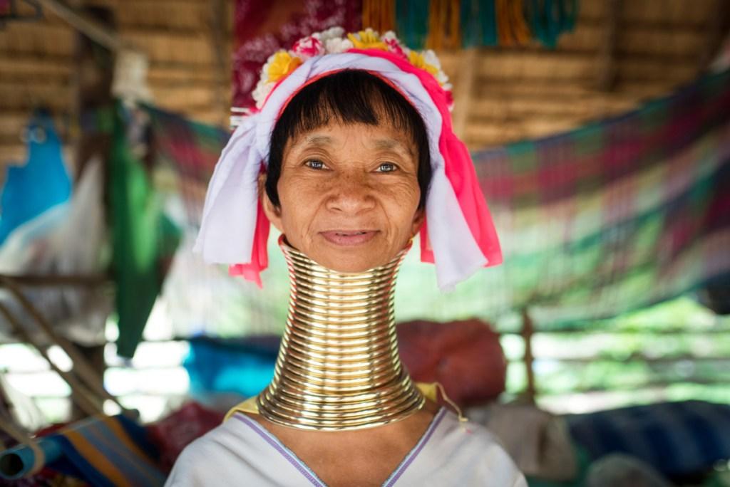 Mujer de cuello largo en tailandia