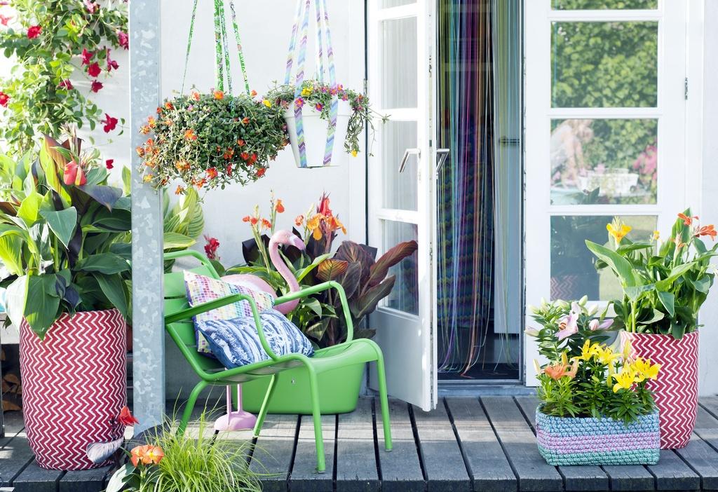 Kleurige tuinplanten geven sfeer aan balkon en terras