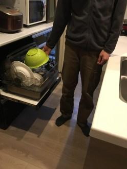 食器乾燥機に食器を入れる写真