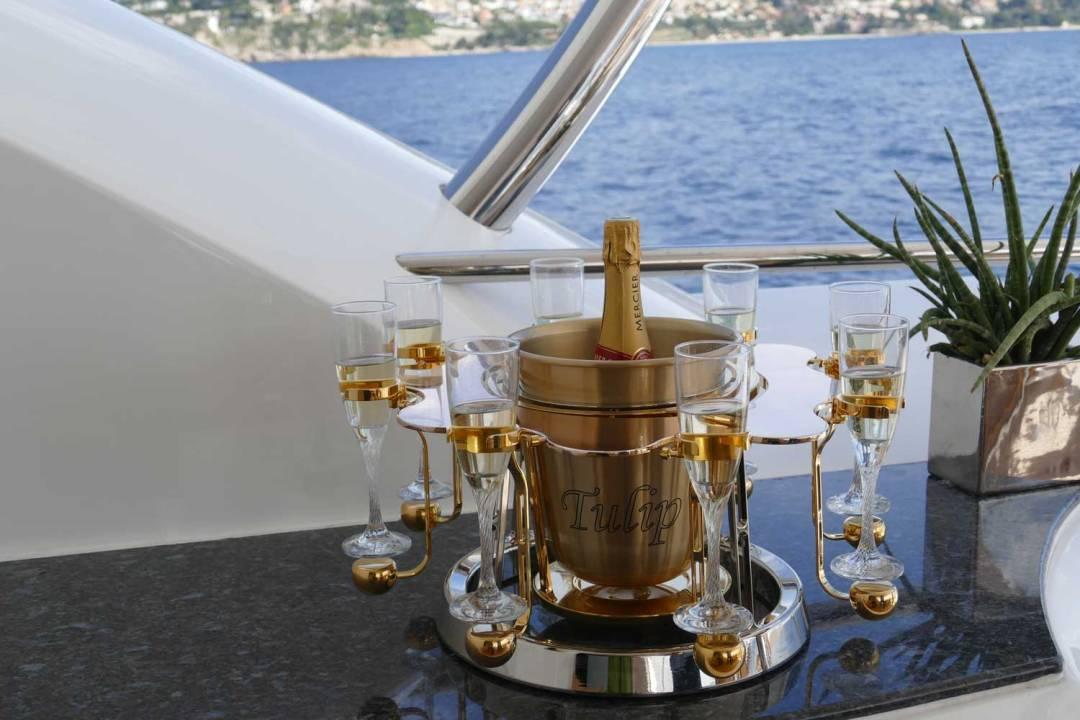 écrin à champagne de luxe or rose sur un yacht