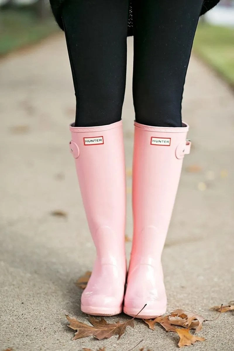 Source: chroniclesoffrivolity.com // Take the stress out of getting dressed on your next rainy day with these 4 rainy day wardrobe essentials that are totally worth investing in! #tulipandsage #hunterboots #rainydaywardrobe #rainydayessentials
