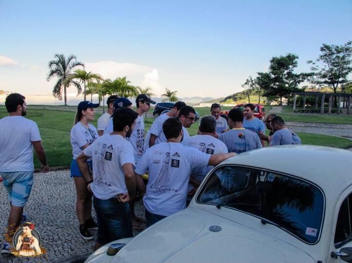 Após horas de tentativa, Cristiano Serpa reúne o grupo de pilotos restantes para partilhar junto a todos a decisão de liberar os resultados na segunda-feira (04/04/2016).. Crédito: Diários de Judith
