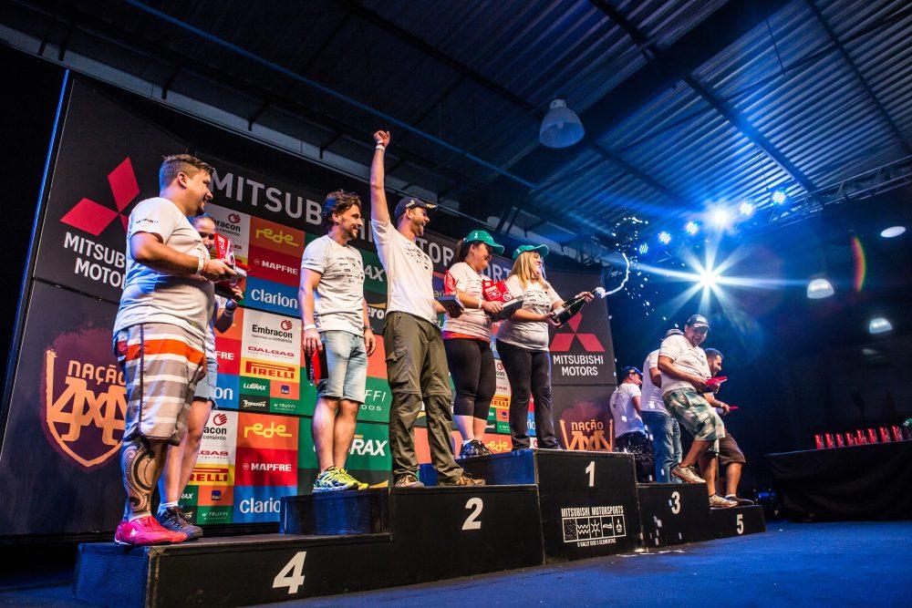 Vencedores comemoram no pódio Crédito: Ricardo Leizer / Mitsubishi
