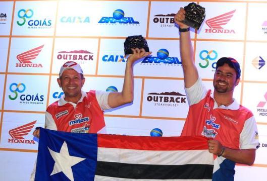Cadasso e Afro comemoram no pódio o segundo lugar na TR4 (Marcelo Machado/Fotop)